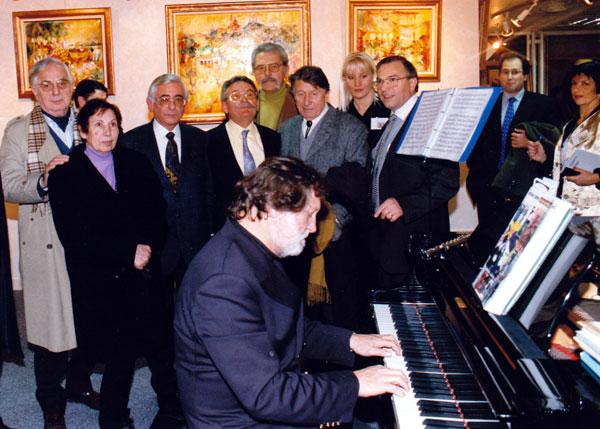 Exposition au palais des Congrés à Paris.Claude SAUZET entourépar ses amis peintre et Jean-jacques DEBOUT